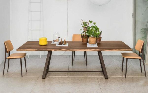 houten tafel met ijzeren onderstel