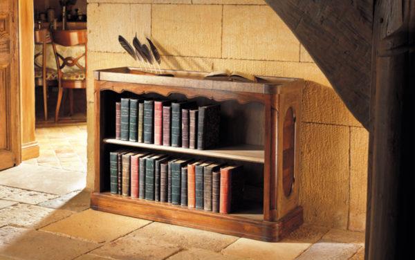 klein laag boekenkastje van eiken met walnoten