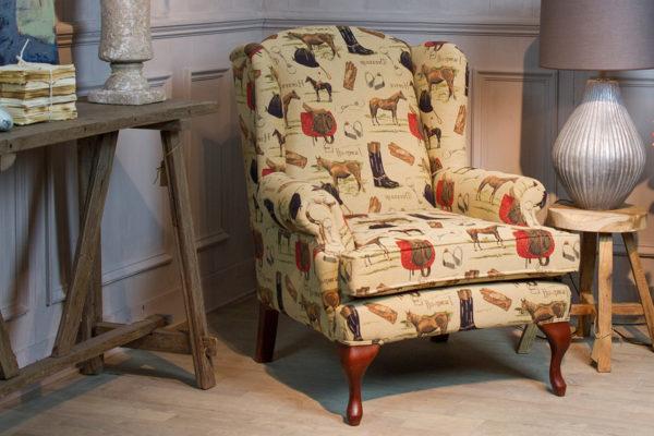 Engelse oorfauteuil wingchair in olivier bommel stof met kersenhouten poten klassieke fauteuil stoel